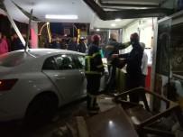 Darıca'da Çarpışan İki Otomobilden Biri Dükkana Girdi Açıklaması 2 Yaralı
