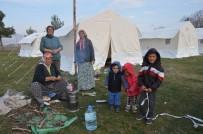 Depremzedeler Çadırlarında İlk Geceyi Geçirdi