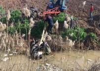 Tahliye Kanalına Düşen İnek Traktörle Çıkartıldı