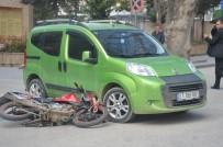 Hafif Ticari Araçla Motosiklet Çarpıştı, Şans Eseri Yaralanan Olmadı