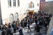 Stockholm'de Cuma Namazı Çıkışı 'Dostluk Zinciri' Oluşturuldu