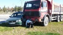Kamyon İle Otomobil Çarpıştı Açıklaması 1'İ Ağır 5 Yaralı