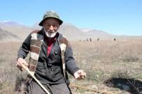 Genci yaşlısı bastonunu alan onun için araziye koşuyor
