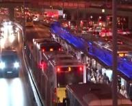 METROBÜS DURAĞI - Metrobüsün Çarptığı Genç Ağır Yaralandı