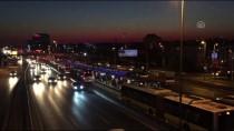 METROBÜS DURAĞI - Yola Giren Gence, Metrobüs Çarptı