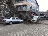 Araçların Üzerine Kaya Parçaları Düştü