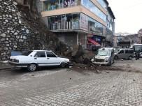 Bitlis'te Caddeye Kaya Parçaları Düştü Açıklaması 3 Araç Hasar Gördü