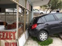 ÇARPMA ANI - El Freni Çekilmeyen Otomobil Merdivenden İnip Dükkana Çarptı