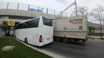 STRAZBURG - Önce Tır, Ardından Tur Otobüsü Alt Geçide Sıkıştı