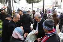 CENGIZ TOPEL - Belediye Başkanı Vatandaşlara Bez Çanta Dağıttı