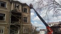 EMIRGAN - (ÖZEL) Sarıyer'de Şiddetli Rüzgar Bir Binanın Kiremitlerini Uçurdu