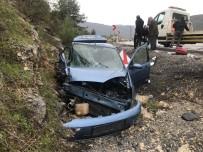 Otomobil Kamyonetle Çarpıştı Açıklaması 2'Si Ağır 5 Yaralı