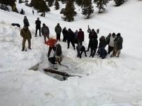 Dağdaki Cula Deliği'ne Yaz İçin Tonlarca Kar Depolandı