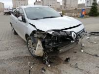 Hafif Ticari Araç İle Otomobil Çarpıştı Açıklaması 3 Yaralı
