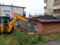 ÇÖP EV - Körfez'de Vatandaşların Şikayet Ettiği Bina Yıkıldı