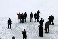 Tatilciler, Fotoğraf Çekmek İçin Buz Tutan Gölün Üzerine Çıktılar