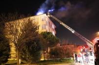 5 Katlı Binanın Çatısında Çıkan Yangın Mahalleliyi Sokağa Döktü