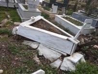 TOPRAK KAYMASI - Bilecik'te Yaşanan Toprak Kayması Mezarlara Zarar Verdi