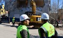 İş Makinesine Geçen Vali Sonel, 40 Yıllık Riskli Binanın Yıkımını Başlattı