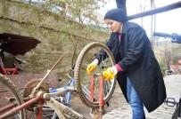 (Özel) Bisiklet Tamiri İçin Eşine Yardımcı Olan Kadın, Usta Oldu
