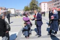 Başkan Öztürk 8 Mart'ta Karanfil Dağıttı