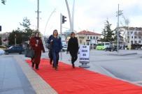 KIRMIZI HALI - Kadınların Yollarına Kırmızı Halı Serdiler
