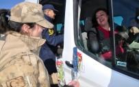 Midyat'ta Jandarma Ekipleri Kadınlara Karanfil Dağıttı