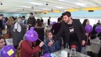 Üniversite Öğrencileri Kadın İşçilerin Kadınlar Günü'nü Kutladı
