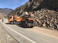 Heyelan Nedeniyle Ulaşıma Kapanan Tirebolu-Gümüşhane Karayolu Tek Şeritten Ulaşıma Açıldı