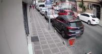 KADIN SÜRÜCÜ - (Özel) İstanbul'da Kadın Sürücünün Kaldırımdan Yola Fırlayan Suriyeli Motosikletliye Çarpma Anı Kamerada