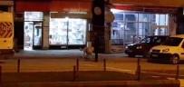 Sokak Köpeklerini Besliyor