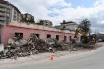 DEPREM RİSKİ - Tunceli'de 80 Yıllık Riskli Binanın Yıkımına Başlandı
