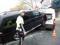 Ataşehir'de Minibüsün Servis Aracına Adeta Ok Gibi Saplandığı Kaza Kamerada