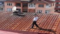 HAVA YASTIĞI - Megafon İle Çatıya Çıktı, İntihar Girişiminde Bulundu