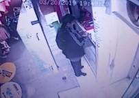 ASKERİ PERSONEL - Alışveriş Yaparken Düşürdüğü Cüzdanı, Arkasından Gelen Kadın Soğuk Kanlılıkla Alırken Görüntülere Böyle Yansıdı