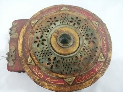 Diyarbakır'da bin 100 yıllık altın yazmalı dini motifli kitap ele geçirildi