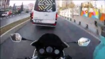 SERVİS ŞOFÖRÜ - (Özel) Motosiklet Sürücüsünün Servis Aracına Çarpmaktan Son Anda Kurtulduğu Anlar Kamerada