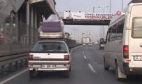 İHLAS - Trafiğe Aldırış Etmeden Arabanın Üstünde Bakın Ne Taşıdı