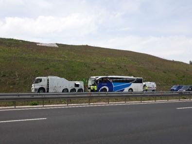 Yolcu otobüsü, demir yüklü kamyona çarptı: 2 ölü, çok sayıda yaralı var
