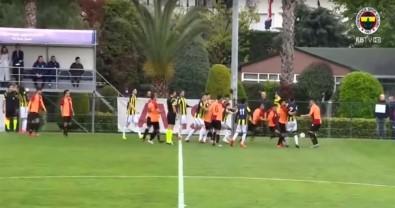 U21 derbisinde saha karıştı