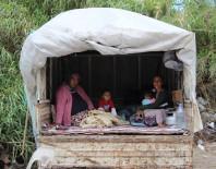 BÖBREK RAHATSIZLIĞI - Yoğun Bakımdaki Oğul Ve Eş İçin Kamyonet Kasasında Umutlu Bekleyiş