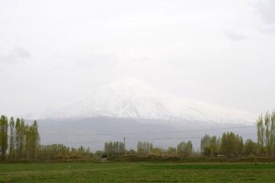 Bulutlarla bütünleşen Ağrı Dağı büyüledi