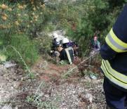 ISPARTA BELEDİYESİ - Otomobil 25 Metreden Dereye Uçtu Açıklaması 2 Yaralı