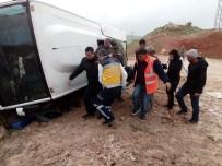 GÜVENLİK GÜÇLERİ - Diyarbakır'da Yolcu Midibüsü Devrildi Açıklaması 1'İ Ağır 13 Yaralı