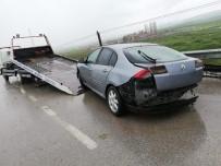 Otomobil Bariyerlere Çarptı  Açıklaması 3 Yaralı