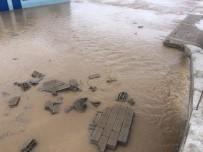 ALTıNOLUK - Yağışlara Dayanmayan Bahçe Duvarı Yıkıldı