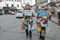 Çöpten Topladıkları Malzemelerle Kıyafet Yapıp Sokaklarda Gezdiler
