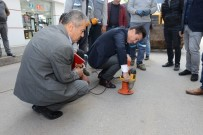 İŞ MAKİNASI - Kumluca Caddeleri Bariyerlerden Temizlendi