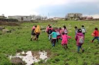 İHLAS - Mahallelerinde Yol Olmayan Öğrenciler, 1 Kilometre Yürüyüp Servis Araçlarına Biniyor