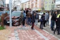 Çocuklara Çarpmak İstemeyen Sürücü Otomobile Çarptı Açıklaması 2 Yaralı